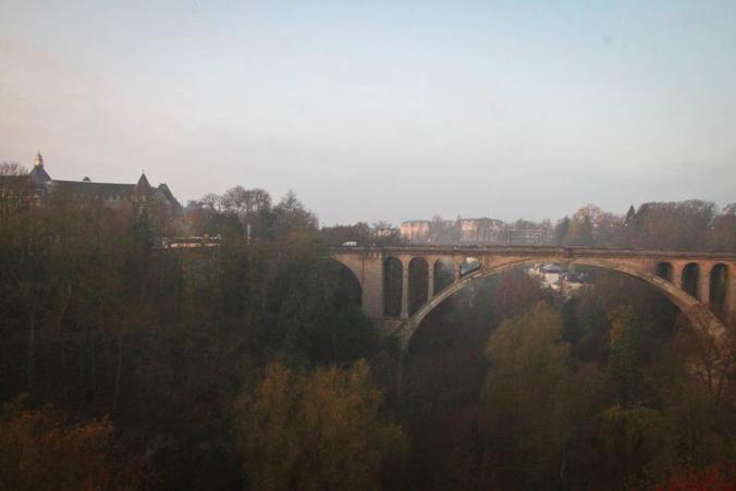 朝霧 金融の街 ルクセンブルク